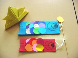 こいのぼりの完成です! 丸い折り紙はカラフルなウロコです wink